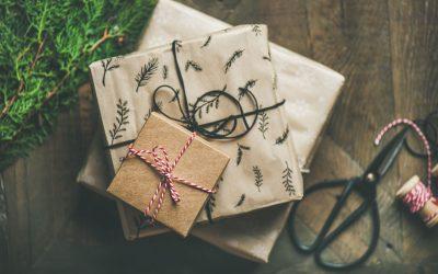 Czym ozdobić prezent? Kilka praktycznych porad dotyczących opakowań.